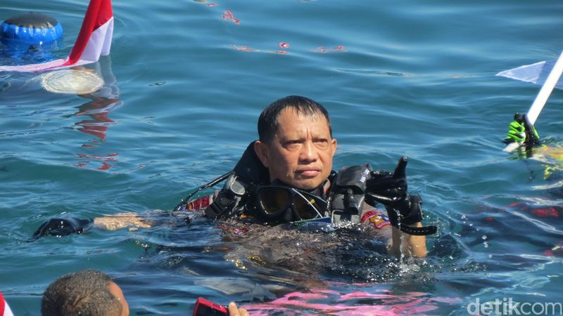 Aksi pemecahan Guinness World Record diving di Manado ikut dihadiri Kapolri Jenderal Pol Tito Karnavian. Kapolri memang jago diving juga lho. (Fitraya/detikcom)