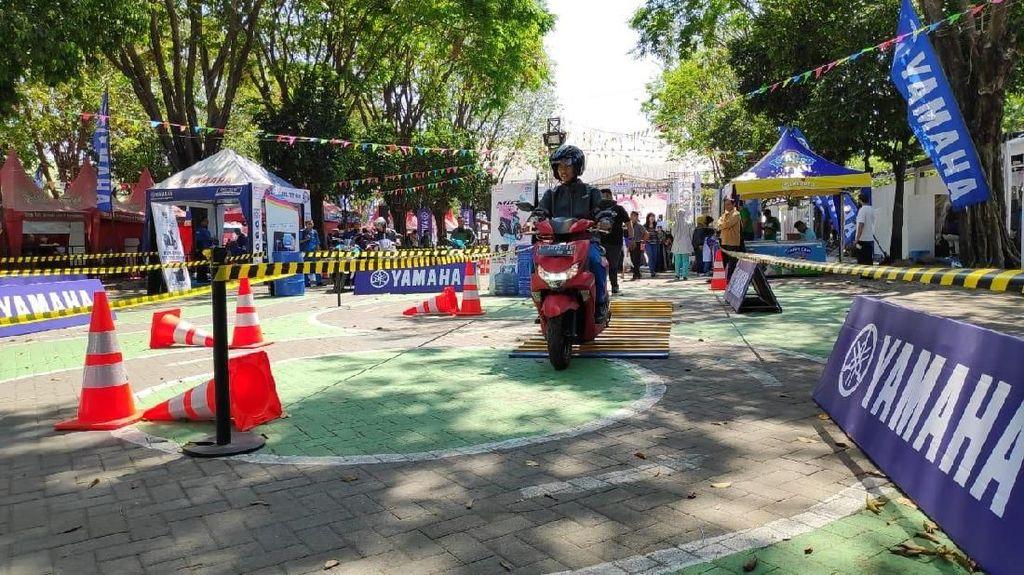 Para Milenial Ikutan Test Ride Motor Matik di GOR Sidoarjo