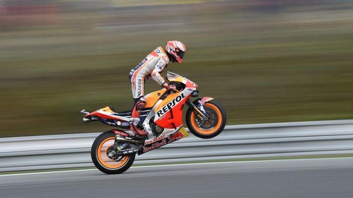 Marc Marquez menyamai rekor pole terbanyak MotoGP, yang dipegang Mick Doohan. (Foto: Michael Cizek / AFP)