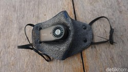 Selain masker ojol dan N95, ada pula lho masker elektrik yang dilengkapi dengan filter kipas dengan tenaga baterai. Semacam exhaust kecil untuk sirkulasi.