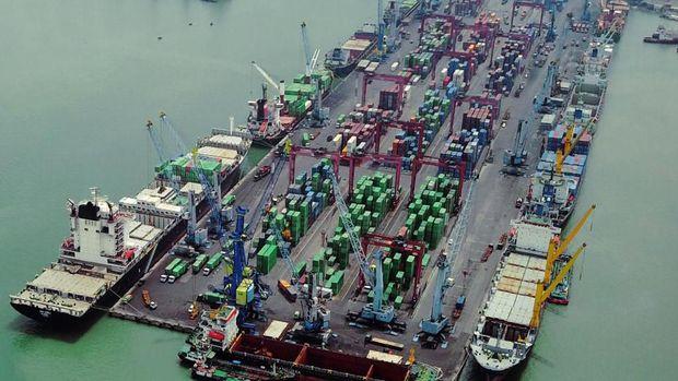 Arus Peti Kemas Transhipment di Tanjung Perak