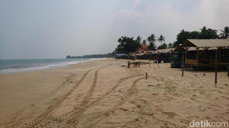 Kondisi di Anyer pascagempa M 6,9. Pantai sepi dari pengunjung, nelayan beraktivitas normal