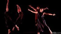 Penampilan para penari Namarina Youth Dance saat mementaskan Soulsphere Of Jakarta di Museum Nasional di Jakarta.