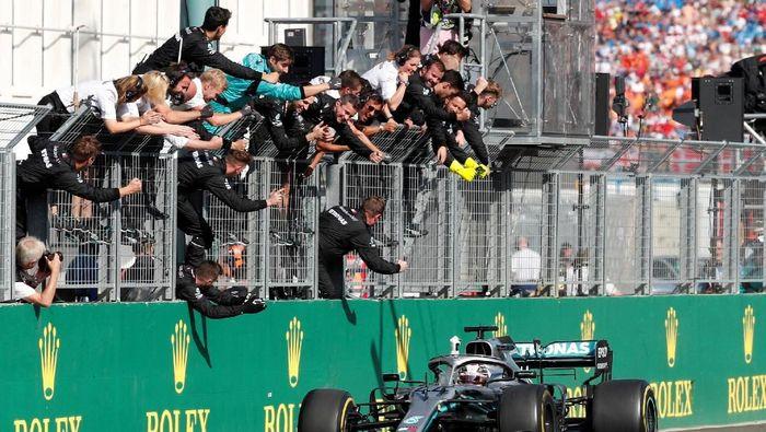 Lewis Hamilton memenangi GP Hongaria usai kalahkan Max Verstappen (REUTERS/Bernadett Szabo)