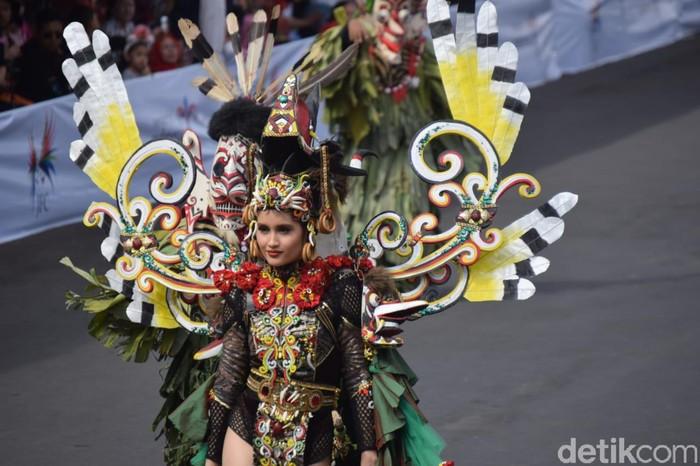 Penampilan Cinta Laura di Jember Fashion Carnaval 2019. Foto: Yakub Mulyono