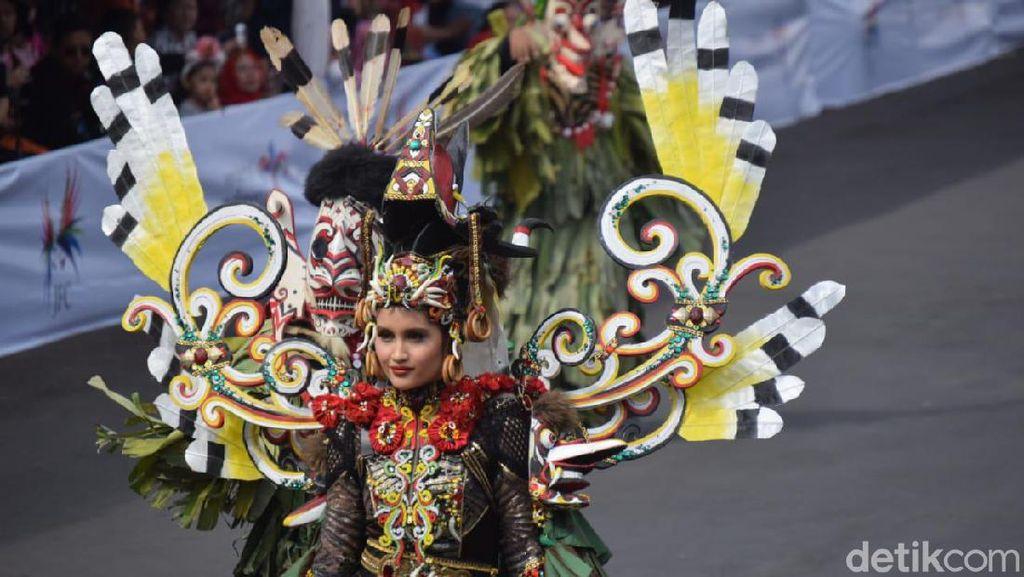 Gaya Cinta Laura di Jember Fashion Carnaval Dikritik Ketua MUI Jember