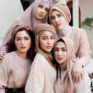 Cantik dan Anggun, Gaya 5 Artis Berhijab Jadi Model Lipstik Jedar