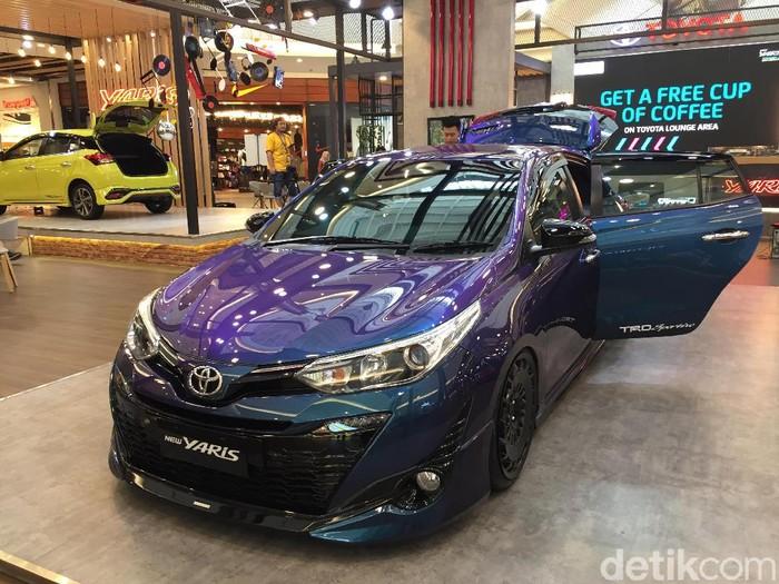 Toyota Yaris dengan audio yang dimodifikasi dipamerkan di Aeon Mall BSD, Tangerang