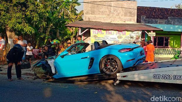 Porsche yang kecelakaan di Magetan diderek/