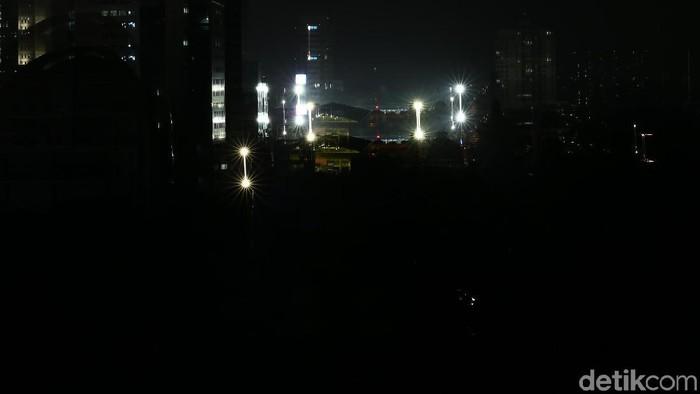 Listrik di sebagian Pulau Jawa padam sejak pukul 11.48 WIB. Berikut suasana terkini listrik padam massal di Jakarta.