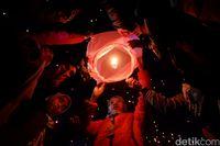 Warna-warni Lampion Bikin Gemerlap Langit Dieng