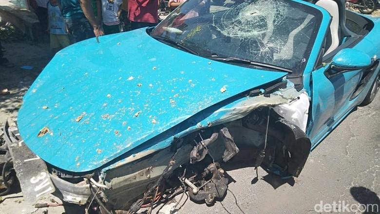 Sebuah mobil mewah merek Porsche bernopol L 73 VI, kecelakaan dan viral di media sosial. Penasaran? Berikut foto-fotonya.