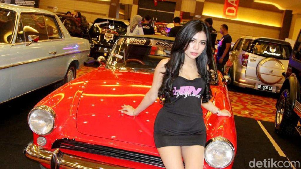 Curhat Wanita Seksi yang Suka Digoda Pria di Pameran Mobil