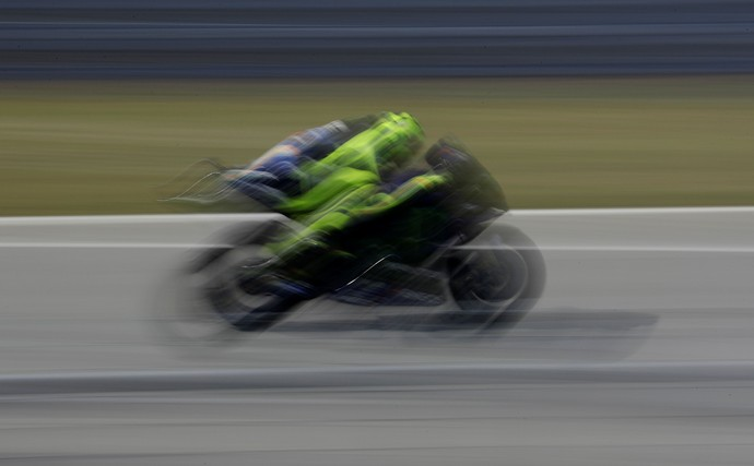 Berhasil menyelesaikan balapan lebih baik dibandingkan para pebalap Yamaha lainnya tak membuat Valentino Rossi merasa puas. Istimewa/David W Cerny/Reuters.