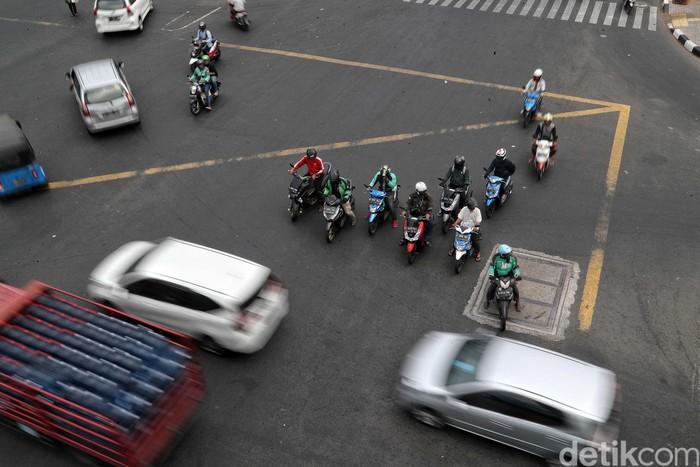 Traffic light atau lampu merah di Jakarta masih mati imbas pemadaman listrik. Seperti di Perempatan Velodrome, Rawamangun yang membuat lalu lintas semrawut.