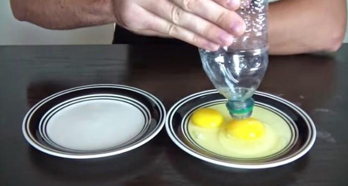 Ketika Anda ingin memisahkan putih dan kuning telur, Anda bisa gunakan mulutbotol kosong untuk mengambil kuning telur. Pencet lubang ke kuning telur hingga tersedot lalu pindahkan ke wasah lain. Foto: Istimewa