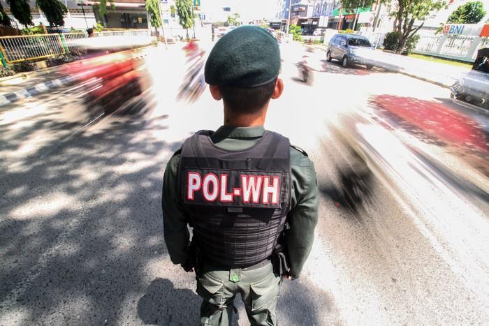 Petugas Wilayatul Hisbah (Polisi Syariat Islam) memakaikan kain sarung kepada warga memakai celana pendek saat terjaring razia penertiban hukum syariat islam di Lhokseumawe, Aceh, Senin (5/8/2019). Razia syariat Islam itu menjaring puluhan wanita memakai pakaian ketat dan pria memakai celana pendek yang tidak sesuai dengan hukum syariat, qanun nomor 11/2002 tentang akidah, ibadah dan syiar islam serta qanun nomor 6/2014 tentang hukum jinayat Aceh. ANTARA FOTO/Rahmad/foc.