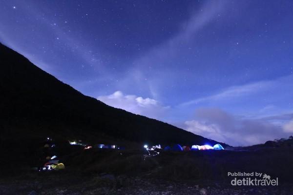 Alun-alun Suryakencana sudah tidak asing buat para pendaki gunung. Keindahannya saat malam banyak membius traveler untuk kembali datang. Bikin rindu! (Mierell Christy Ayal/dTraveler)
