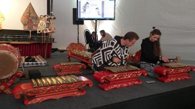 Warga MOskow terlihat mencoba memainkan gamelan.
