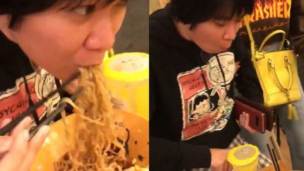 Tetap Makan Mie Saat Gempa, Orang Indonesia Memang Paling Santai
