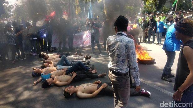 Ricuh Saat Pelantikan DPRD Bandung, 1 Mahasiswa Luka di Kepala