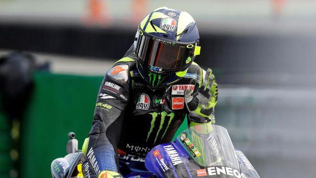 Valentino Rossi menunggangi motor balap di jalan raya.