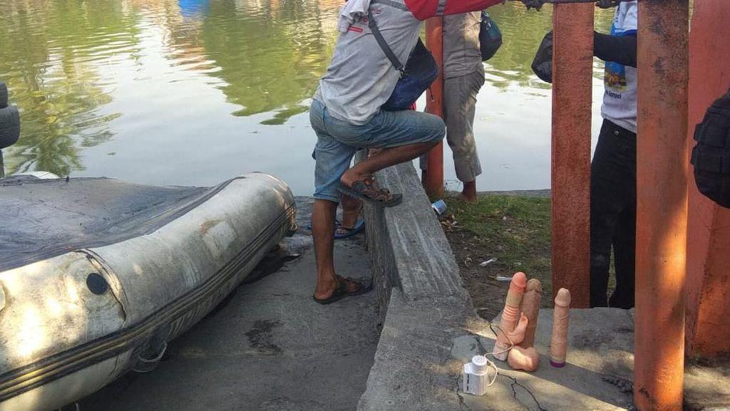 Bersihkan Sungai di Surabaya Temukan 3 Dildo, Petugas Hanya Bisa Melongo