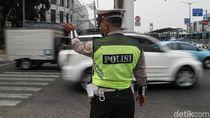 Sibuknya Petugas Mengatur Lalin Saat Traffic Light Padam