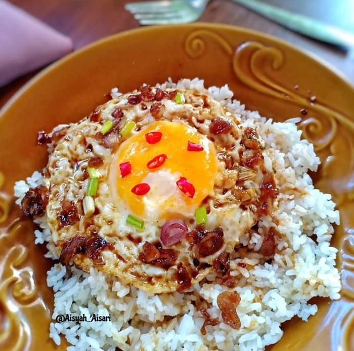 Telur ceplok plus kecap gaya Pontianak juga gampang dibuat. Diberi bawang putih cincang, nasi hangat plus telur jadi enak. Foto : Instagram @aisyah_aisari