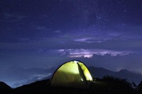 Gunung Prau di Dieng menawarkan keindahan tersendiri saat malam tiba. Saat gelap, saatnya taburan bintang-bintang bercahaya dan memberikan sinarnya untuk dinikmati traveler. (Julius Bernhard/dTraveler)