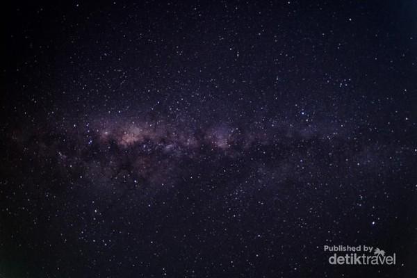 Kawasan Pantai Tanjung Lesung juga asyik dinikmati saat malam. Traveler bisa berburu foto Milky Way sambil dibelai angin malam pantai yang sejuk. (Stefanus S. Leman/dTraveler)