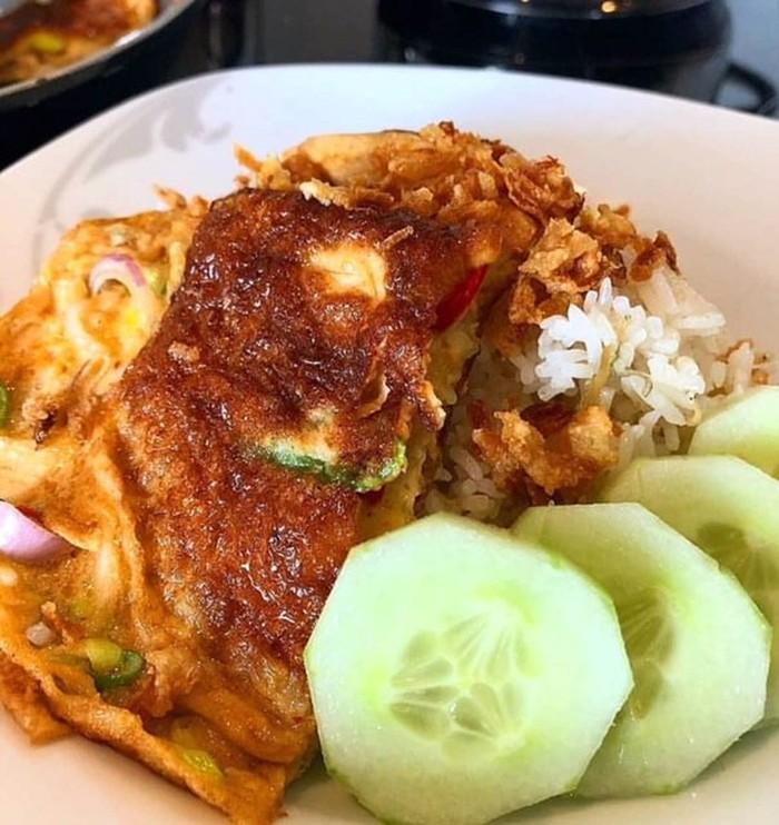 Gaya sederhana tapi nikmat. Telur dadar plus kecap dengan paduan nasi hangat dan irisan mentimun. Foto : Instagram @no_em14n