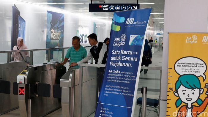 Sejumlah warga kembali beraktivitas menggunakan layanan Moda Raya Terpadu (MRT) di Stasiun MRT Bundaran HI, Jakarta, Senin (5/8/2019).