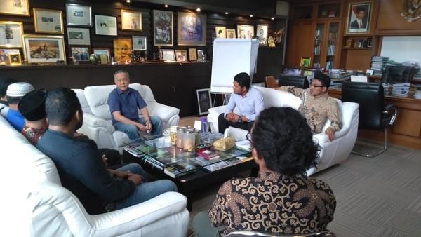 Perwakilan warga Desa Komodo akhir pekan lalu ke Jakarta. Mereka bertemu Dirjen KSDAE dan perwakilan dari Kementerian Pariwisata, untuk menolak wacana penutupan Pulau Komodo dan memindahkan penduduknya (dok Istimewa)