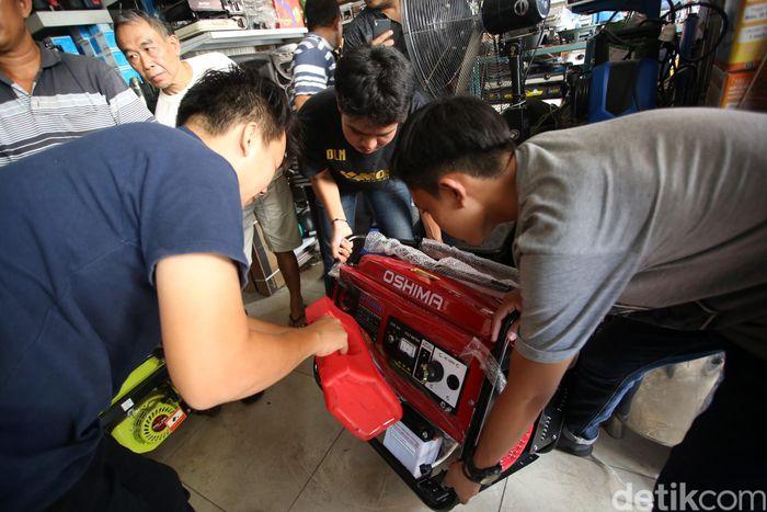 Warga membeli genset di Pasar Proyek, Kota Bekasi, Jawa Barat, Senin (5/8/2019).
