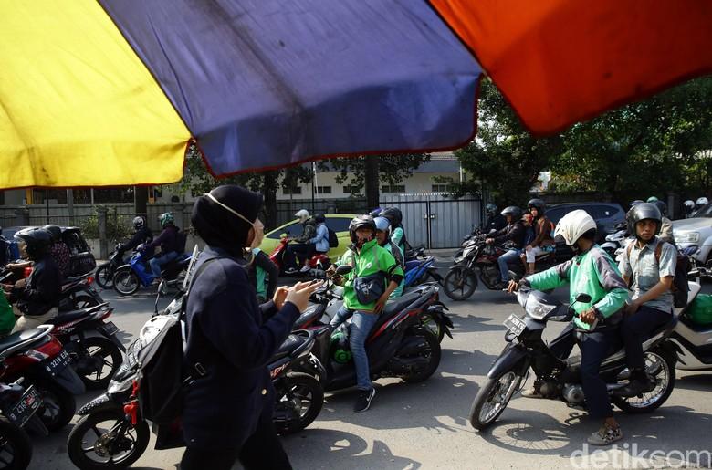 Pemadaman listrik massal yang terjadi di sejumlah wilayah Jakarta, Jawa Barat dan Banten pada Minggu (4/8/2019) kemarin berimbas pula pada jaringan komunikasi seluler yang tak stabil.