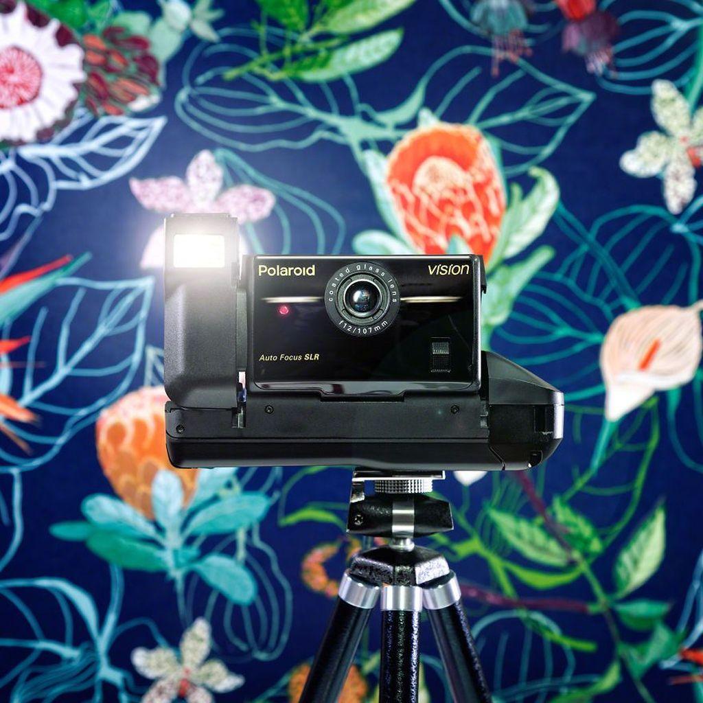 Adalah Jürgen Novotny, fotografer ini memotret kamera klasih dengan latar belakang yang menarik. Ini adalah Polaroid Vison. Foto: Jürgen Novotny