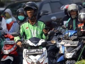 Viral, Kisah Driver Ojol Baik Hati Bantu Wanita yang Motornya Mogok di Jalan