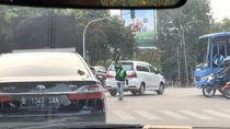 Aksi Abang Gojek Inisiatif Atur Kendaraan Saat Lampu Lalin Mati