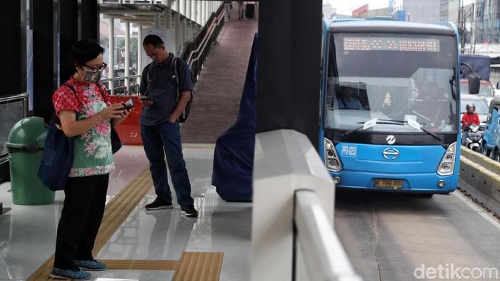 Setelah sempat menggunakan karcis kertas akibat listrik padam, kini pelayanan di Halte TransJ Pemuda Rawamangun kembali normal. Begini suasanannya.