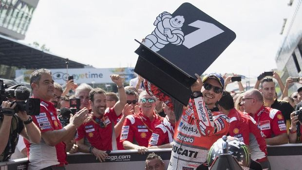SPIELBERG, AUSTRIA - AUGUST 12:  Jorge Lorenzo of Spain and Ducati Team celebrates the victory with team under the podium at the end of the MotoGP race during the MotoGp of Austria - Race at Red Bull Ring on August 12, 2018 in Spielberg, Austria.  (Photo by Mirco Lazzari gp/Getty Images)