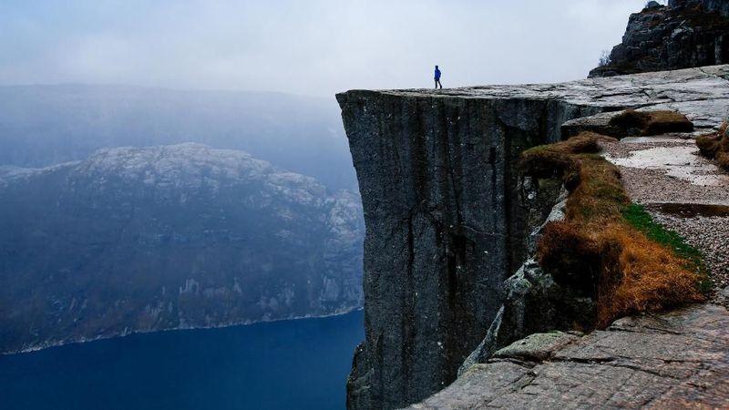 Kabar terbaru datang dari bukit curam Preikestolen di Norwegia. Bukit setinggi 604 meter ini memang sudah menjadi primadona bagi wisatawan. (iStock)