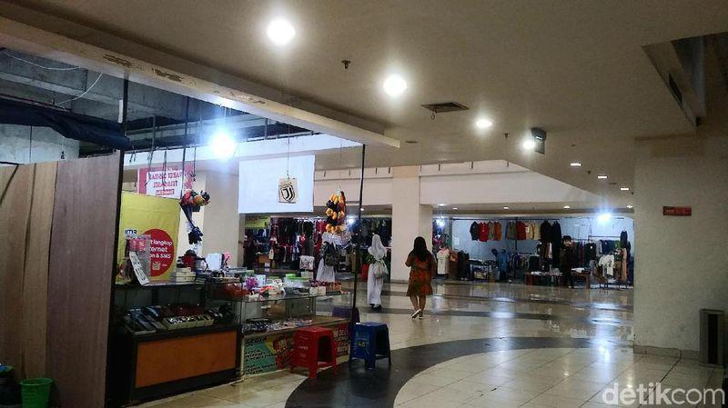 Ruangan bazar terletak di lantai 1 Blok B atau Gedung Keberangkatan. Traveler bisa menjumpai aneka penjual camilan, makanan, minuman dan kerajinan kreatif di sini (Randy/detikcom)