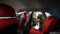 Sejumlah pekerja sedang menyelesaikan modifikasi interior mobil diClassic Car Interior.