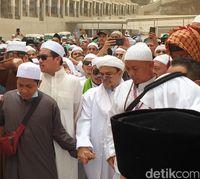 Habib Rizieq di pemakaman Mbah Moen