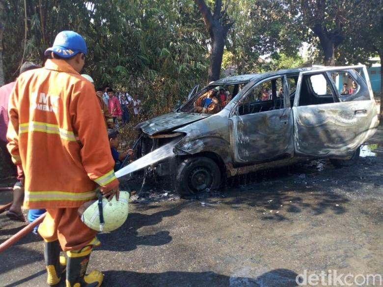 Mobil Terbakar. Foto: Enggran Eko Budianto