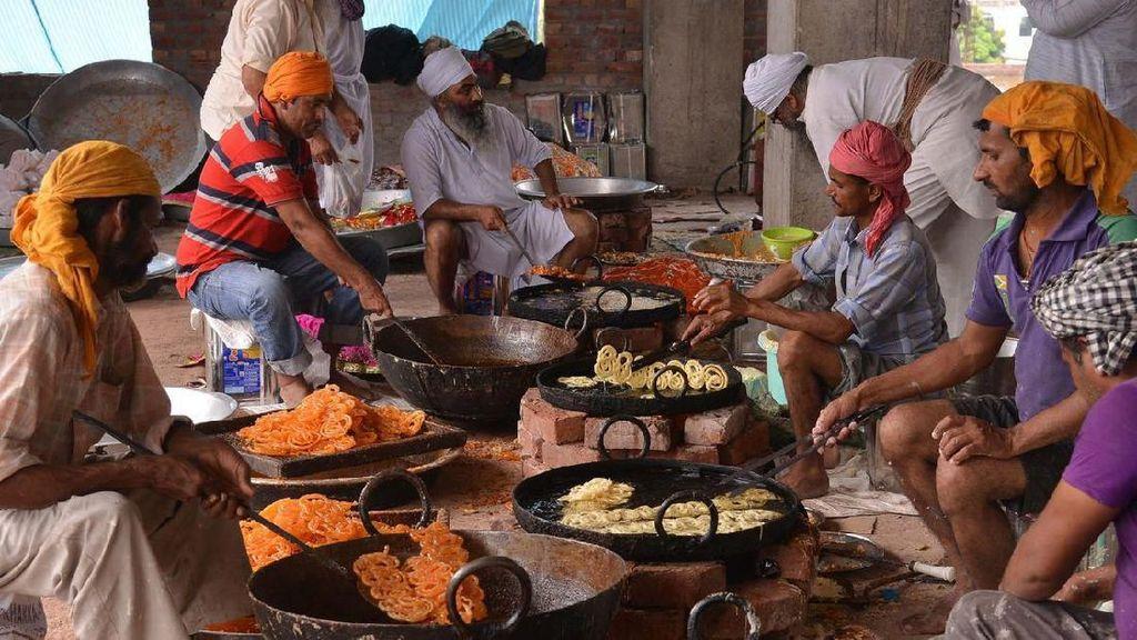Melihat Sibuknya Aktivitas Dapur Makanan Gratis Terbesar di Dunia