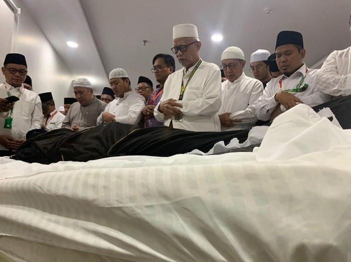 Umat muslim melakukan sholat jenazah di depan jenazah KH Maimun Zubair (Mbah Moen) saat disemayamkan di Kantor Urusan Haji Daker Syisyah, Mekkah, Selasa (6/8/2019). Jenazah almarhum akan disalatkan di Masjidil Haram dan selanjutnya dimakamkan di Kota Mekah. ANTARA/Hanni Sofia/wpa/aww.
