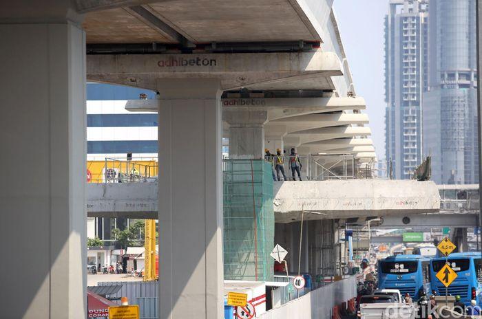 Sejumlah pekerja tengah mengerjakan pembangunan LRT Cawang-Dukuh Atas di Jalan Gatot Subroto, Jakarta, Selasa (6/8/2019).