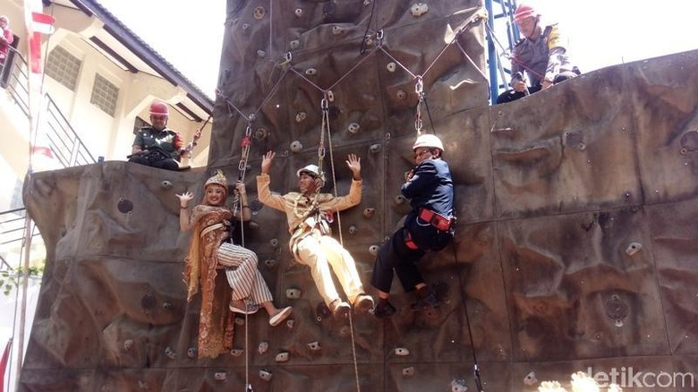 Uniknya Pasangan Nikah Bareng di Magelang, Ada yang Sambil Climbing!